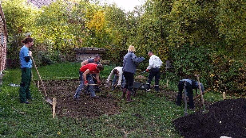 1. Arbeitseinsatz zur Gestaltung eines neuen Schulgartens