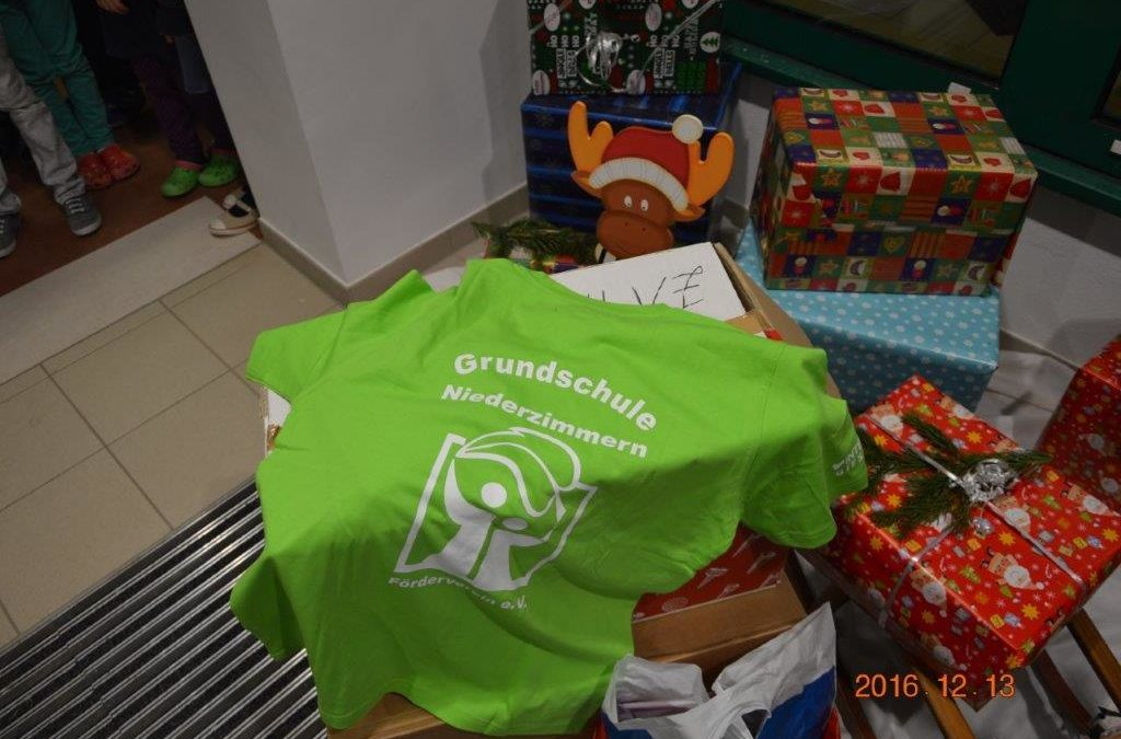 Übergabe von Geschenken durch den Schulförderverein